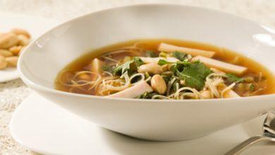 تصویر پیش غذا با آجیل: طرز تهیه سوپ نودل با بادام زمینی